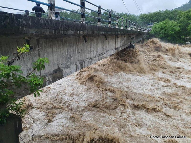 सेतीको उर्लँदो रुप : हेर्नुस् झरीले उरालेको नदीको स्वरुप